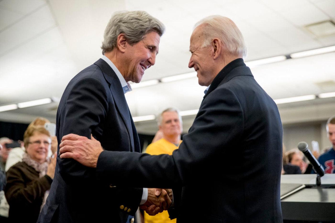 John Kerry shakes hands with Joe Biden
