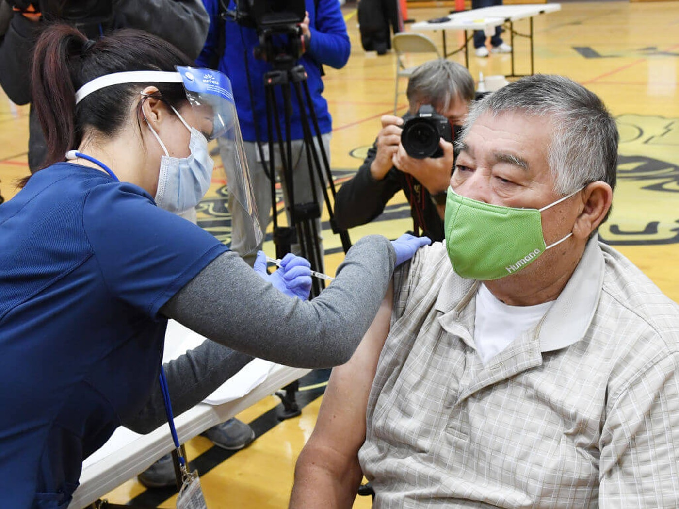Southern Nevada Health District nurse Daliah Rubio administers a a Pfizer-BioNTech COVID-19 vaccination to Victor Rodriguez, 70, of Nevada, at Jerome Mack Middle School on January 29, 2021 in Las Vegas, Nevada. The Southern Nevada Health District is operating the site as a pop-up clinic for seniors age 70 and older.  (Photo by Ethan Miller/Getty Images)