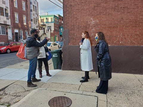 Actresses and comediennes Debra Messing and Kathy Najimy spoke to voters in North Philadelphia on Saturday, Oct. 31, 2020. (Keystone Photo/Jamyra Perry)