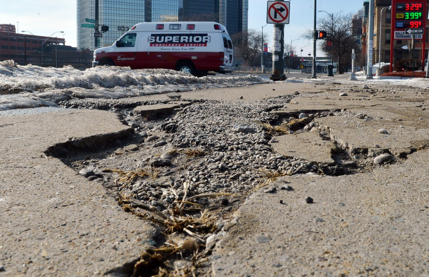 A destroyed street in Detroit, Michigan, USA, 12 January 2014. Detroit, the cradle of America_s automobile industry and once the nation_s fourth-most-populous city, filed for bankruptcy in summer 2013. Since then, the city leaders strive to keep the public life alive and at the same time reduce debt. The North American International Auto Show (NAIAS) is held in Detroit from 13  to 26 January. Photo: ULI DECK/dpa | usage worldwide